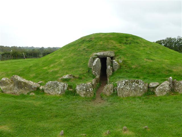 The entrance to Bryn Celli Ddu chamber