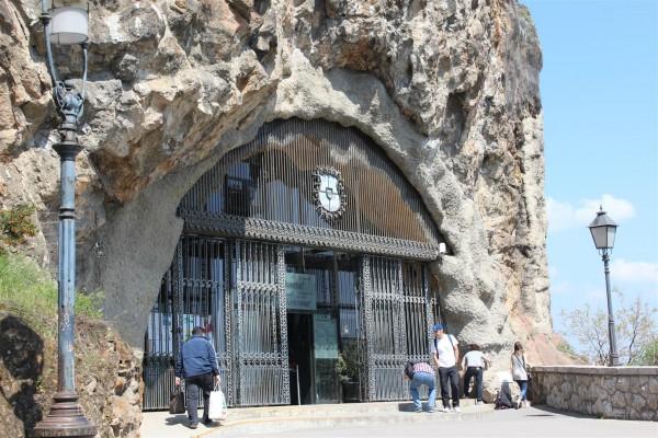 Entrance o Gellert Hill Cave Church